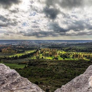 Magnifique paysage hier matin de la plaine de Mouriès avec son golf par un temps maussade et à partir des «caisses de Jean-Jean» . Randonnée de 18 km accessible à tous... #randonnée #mouries #aureille #magnifiquefrance #igersmarseille #fierdusud #total_france #yourhappyfrance #onvitlaoutupassestesvacances #jaimelapaca #paca_focus_on #provencemylove #laprovence #tourisminprovence #europestyle_france #hello_france #super_france #francemylove #france4dreams #france_focus_on #loves_united_marseille #13ormarseille #city_in_france #landscapephotography